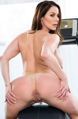 Booty Luscious MILF Kendra Lust naked.