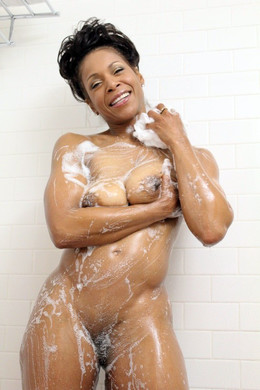 Ebony MILF nude photo collection from..